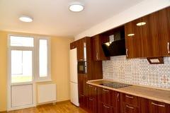 厨房前提有固定家具和阳台门的 免版税库存图片