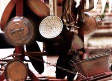 厨房和家的铜对象待售在跳蚤市场上 免版税库存照片