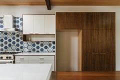 厨房和餐桌在现代家 库存照片