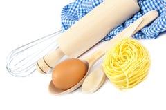厨房器物、鸡蛋和面粉烘烤的 图库摄影