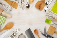 厨房器物和利器背景与拷贝空间在中心 免版税库存照片