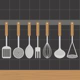 厨房器物在墙壁上称在厨房里 库存照片