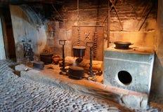 厨房器物的陈列举行了在Gruyeres城堡  库存图片