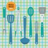 厨房器物设置了在蓝色和绿色格子花呢披肩样式背景的象 免版税库存照片