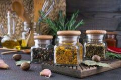 厨房器物,草本,在玻璃瓶子的五颜六色的干香料 图库摄影