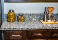 厨房器物&容器在花岗岩柜台 免版税库存图片