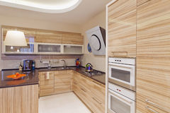 厨房在有大中心海岛的豪华家 图库摄影