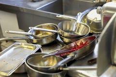 厨房在餐馆,水槽用肮脏的金属盘填装了 免版税库存图片
