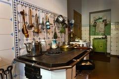 厨房在19世纪公寓里  免版税库存图片