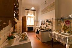 厨房在19世纪公寓里  免版税图库摄影