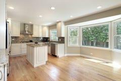厨房大大型落地窗 免版税图库摄影