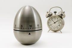 厨房定时器和经典时钟 免版税库存照片