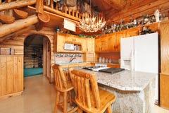 厨房室在原木小屋房子里 免版税库存图片