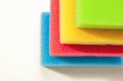 厨房家庭用品和器物概念:在一个的五颜六色的海绵 免版税图库摄影