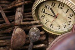 厨房工具和时钟 免版税图库摄影