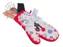 厨房工具箱:烤箱手套,一把木匙子,粉红琵鹭, 免版税库存图片