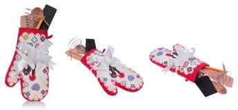 厨房工具箱:烤箱手套,一把木匙子,粉红琵鹭, 免版税库存照片