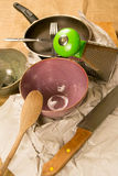 厨房工具-两个碗,刀子,木匙子,平底锅,磨丝器 免版税库存图片