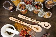 厨房巫术-捞出用在灰色/灰色板岩背景的干混杂的草本 免版税库存照片