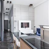 厨房开放对客厅 库存图片