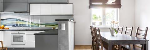 厨房开放对饭厅 免版税库存图片