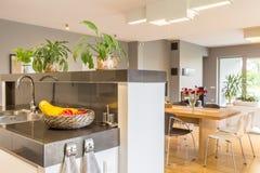 厨房愿意听取一个饭厅想法 免版税库存图片