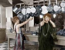 厨房拍打的妇女在罐和平底锅(所有人被描述不更长生存,并且庄园不存在 供应商保单t 免版税图库摄影