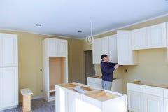 厨房改造美丽的厨房人聚集的厨房家具 免版税图库摄影