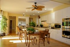 厨房晴朗的黄色 免版税库存照片