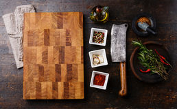 厨房板、调味料、草本和砍肉刀 免版税图库摄影