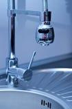 厨房水槽和龙头 免版税库存图片