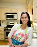 厨房现代俏丽的微笑的妇女 免版税库存图片
