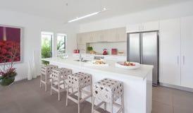 厨房现代新的连栋房屋 免版税库存照片