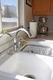 厨房现代水槽视窗 免版税库存图片