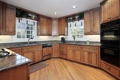 厨房现代被镶板的木头 免版税库存图片
