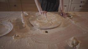 厨房用桌凹道太阳的未被认出的妇女在酥皮点心板用面粉,在桌上的滚针 股票视频