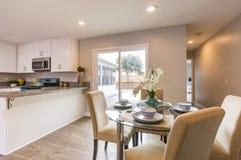 厨房用桌有后院的看法在南加利福尼亚家 免版税图库摄影