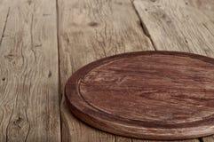 厨房用桌木与圆的委员会 免版税库存照片