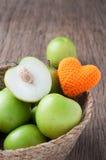 厨房用桌用在篮子的切片新鲜的猴子苹果 健康e 免版税库存图片