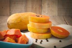 厨房用桌用堆层数切片新鲜的番木瓜,番木瓜种子o 免版税库存照片