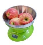 厨房电子标度称几个红色苹果 免版税库存照片
