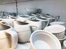 厨房白色瓷盘的器物、汇集,碗和板材为服务热和冷的食物做准备 图库摄影