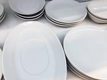 厨房白色瓷盘的器物、汇集,碗和板材为服务热和冷的食物做准备 免版税库存图片