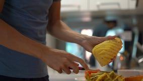 厨房的一年轻人早餐用新鲜的热带水果为他的家庭做准备 股票视频