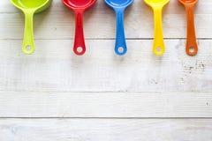 厨房的五颜六色的量匙一白色木backgrou的 库存图片