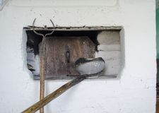 厨房的内部在有木头和厨具加热的传统砖烤箱的老村庄房子里准备的膳食在 免版税库存图片