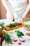 厨房的妇女切开沙拉的菜 节食和戒毒所博士 图库摄影