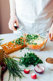 厨房的妇女切开沙拉的菜 节食和戒毒所博士 免版税库存照片