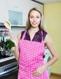 厨房的美丽的白肤金发的女孩 图库摄影