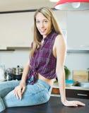 厨房的美丽的白肤金发的女孩 免版税库存图片